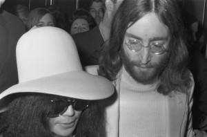 John Lennon foto di Nationaal Archief, Den Haag, Rijksfotoarchief: Fotocollectie Algemeen Nederlands Fotopersbureau (ANEFO), 1945-1989